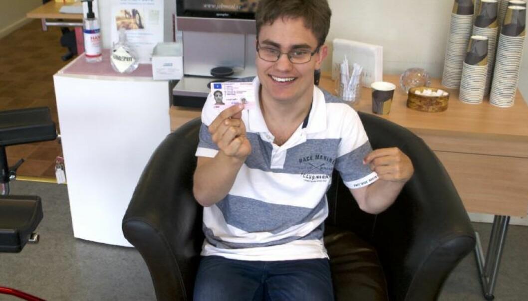 Oscar Jonsson visar stolt upp sitt körkort.