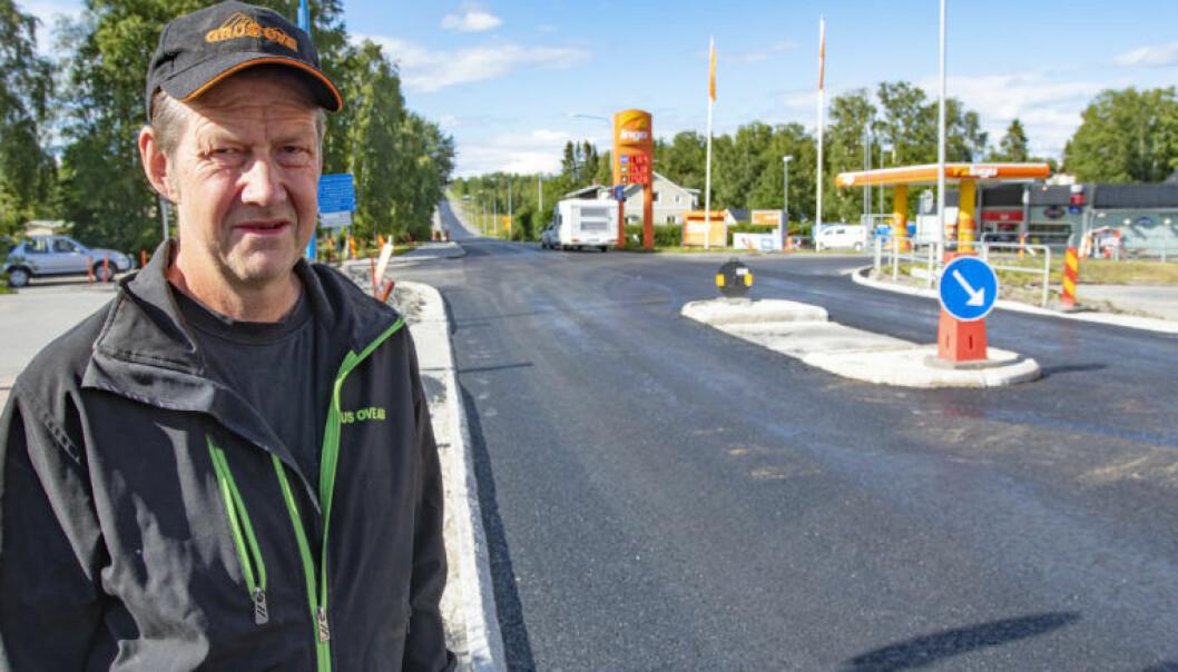 – Det är otroligt konstigt att de inte kunnat mäta och bygga det rätt, säger Stefan Andersson som är mycket kritisk till att refugen byggts så vägbanan smalnats av, säger Stefan Andersson.