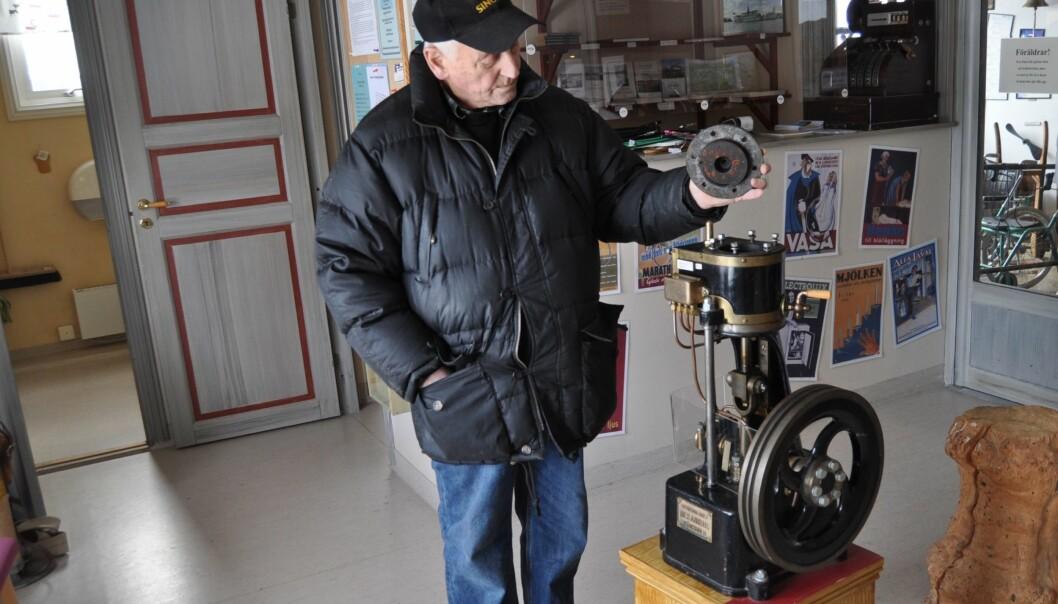 I den tekniska utbildningen används även en ångmaskin från Aktiebolaget Mekanikus i Stockholm. Den lilla 5-hästkraftersmaskinen från 1910-talet visas av Örjan Bergqvist och är för tillfället uppställd i entrén till Arvemuseet i Arvesund.