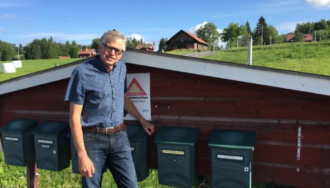 Riksdagsledamoten Pelle Åsling vid sin egen brevlåda. Nu agerar han mot PostNord.