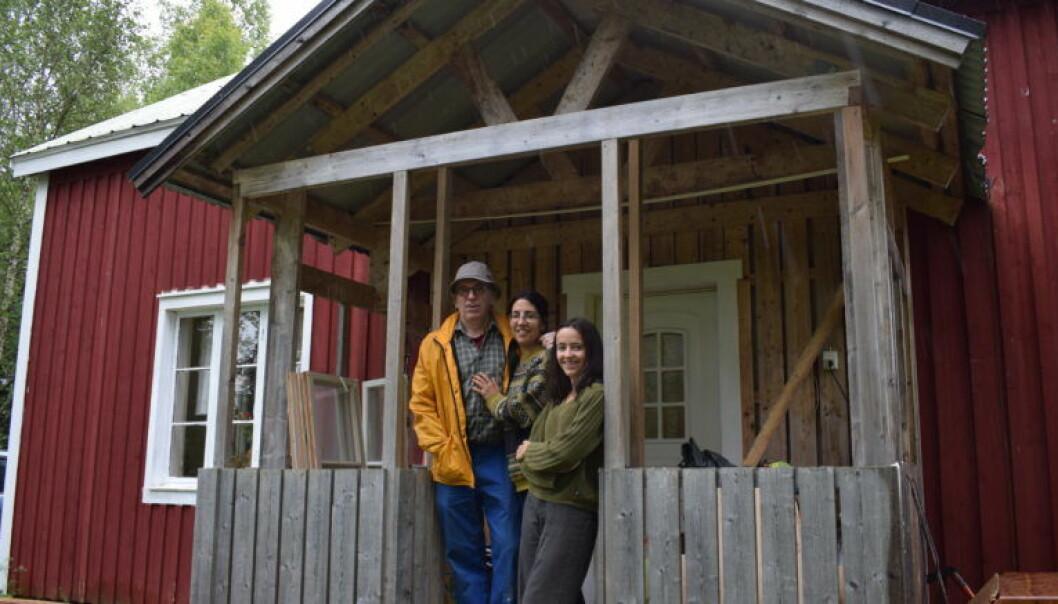 Roy och Beatriz tillsammans med dottern Isabel på bron till huset i Kougsta.