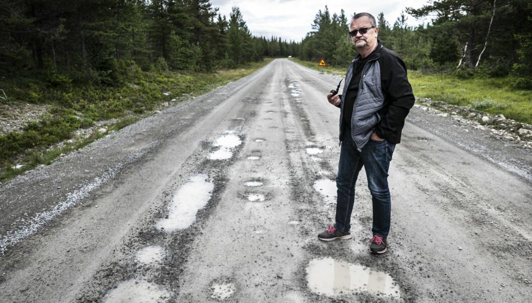 """Anders Cornell, Myssjö, har ledsnat på Fäbodleden mellan Persåsen och Börtnan. I helgen körde han sönder sin husbil längs vägen. """"Många tar den här vägen för att komma till Härjedalen och Flatruet. Det är otroligt vackert. Men som vägen ser ut nu är det bara dålig reklam för Bergs kommun"""", säger han."""
