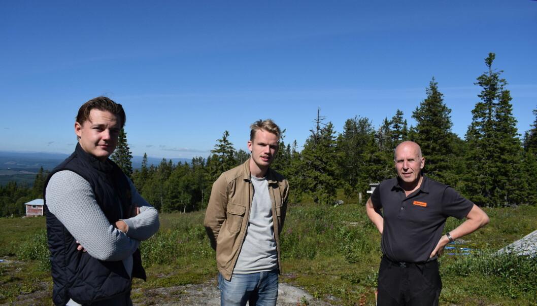 Högst uppe på Almåsabergets topp står från vänster Ted Hansson, Mattias Bångman och Kalle Bäckwall. I projektgruppen ingår även Hedda Bångman och Alfred Andersson.