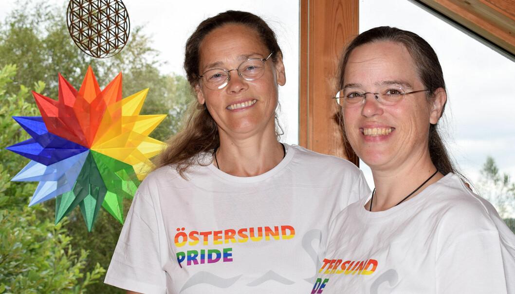 Elenor Öster, till vänster, och Anne Hauser är gifta och ägare till Bruksgården i Rönnöfors. I år bjöd de in till regnbågscafé på gården.