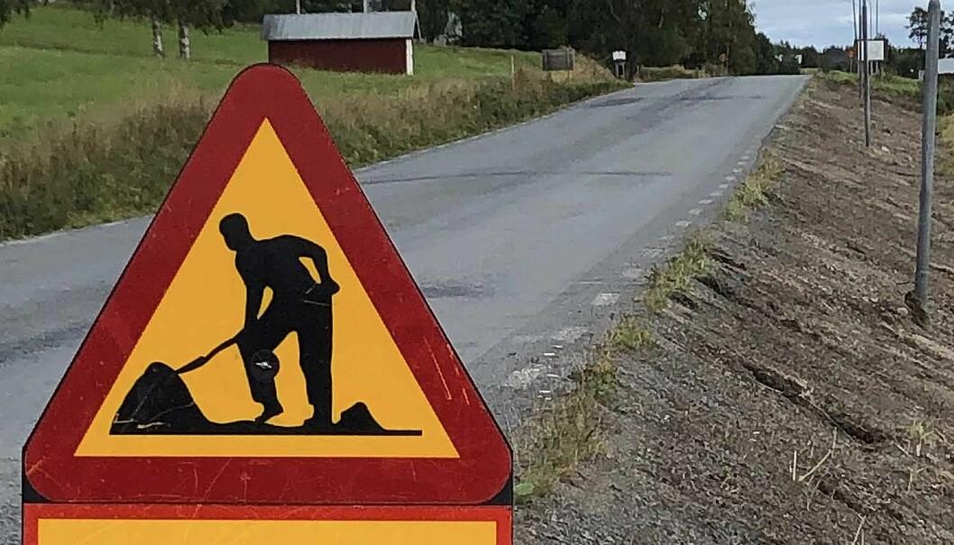 Vägarbete pågår är skyltar som syns alltmer sällan längs länsvägarna. Regeringen krymper stödet för underhåll. För tio år sedan fick Jämtlands län 40 miljoner kronor mer till vägunderhåll.