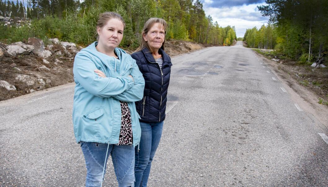 – Det är skandal att ombyggnationen av väg 314 inte börjat i år som det var utlovat, säger Maria Pålsson och Anette Eriksson båda boendes i Nybodarna.