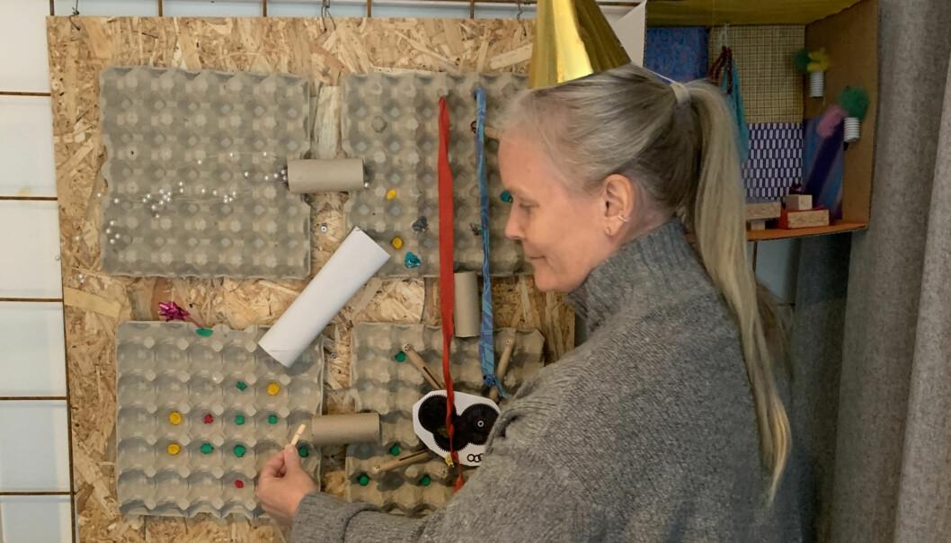 """Med färgglada strutar på huvudet och äggkartonger ska Åre kommuns tjänstepersoner tänka i nya banor. Ett påkostat rum kallat innovationslabbet med klipp- och klistramaterial har öppnats. Enligt källor upplevs investeringen som """"pinsam"""" och som en """"lekstuga"""". Denna besökare har på sig en gulfärgad hatt, vilket ska stå för ett positivt och konstruktivt tänkande."""