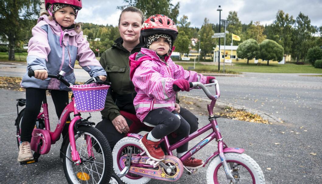 """Oron är påtaglig i Bispgården efter storvarslet på Zepro. """"Det är ett jätteviktigt företag för byn. Idag har du bara verkstäderna – alltså Zepro och Fiab (Fors industrier) – och så äldreboendet. Det är där de allra flesta jobbar"""", säger Ida Forsström (här med döttrarna Tuva och Minnah) vars sambo jobbar på företaget."""