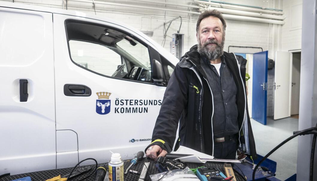 """Östersunds kommun har hittills i år lagt ut mer pengar i självriskkostnader för sina bilar än vad man gjorde under hela 2019. Men anledningen är att alla bilar numera servas. """"Förut så fick de lämna in bilarna på eget bevåg för service, och det var ofta man inte gjorde det överhuvudtaget. Men nu tar vi in alla 450 bilar för service en gång per år. Det gör att vi tar hand om alla skador, säger Ulf Löfvenberg, chef för fordonsenheten."""