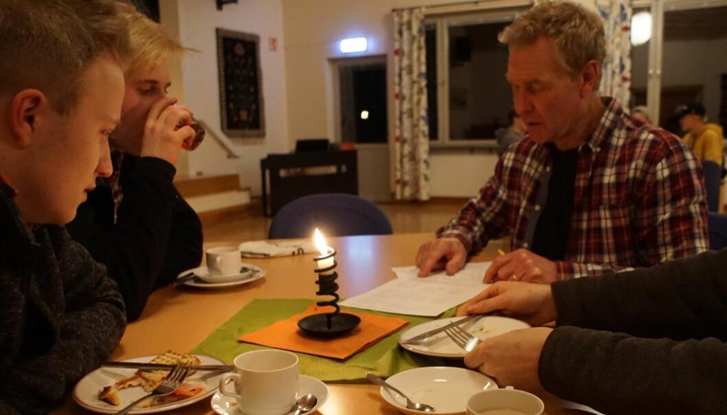 Viktor Ragnarsson och Axel Kristoffersson lyssnar när Calle Wahlström går igenom kvällens pyssel.