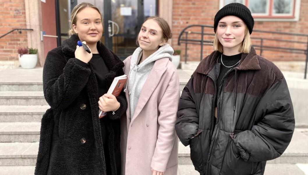 """Davina Ljungdahl, Engla Mattsson och Agnes Thofelt Danielsson var tre av lite drygt 2000 elever som skickades hem från """"Wargen"""" på måndagen. Detta på grund av en ökad smittspridning.    """"Jättetråkigt. Vi kommer ju ihåg hur det var förra vintern då vi fick vara hemma en längre tid. Det var inte alls kul"""", säger Davina Ljundahl."""