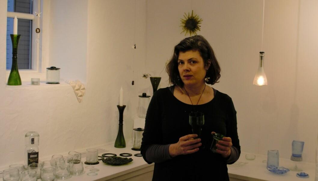 Jenny Persson visar två dricksglas hon tillverkat av flaskor.