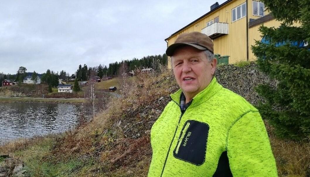 Här står Johnny Hallquist på baksidan av affären, som ligger nära stranden till den skyddande viken i Valsjön. I grusmassorna under huset kanske det ligger något intressant ända från jägarstenåldern