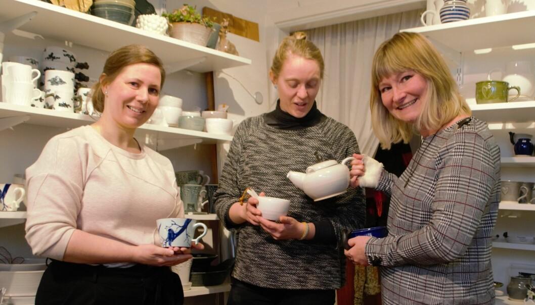 Åsa Fröjd, Emma Grelsson och Katarina Boija visar sina alster och improviserar en tébjudning inför kameran.