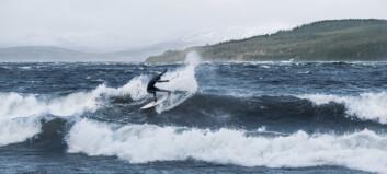 Stormjagande surfare i Kall