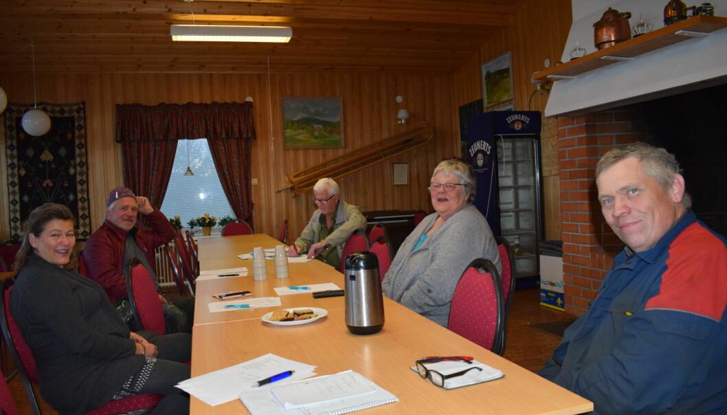 Delar av styrelsen för Kaxås bygdegårdsförening, med ordförande Elisabet Rombe i grå kofta.
