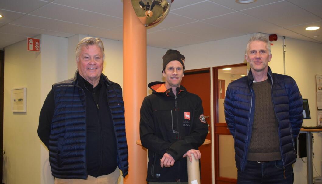 I entrén till Krokoms kommunhus efter mötet står från vänster Dan Olofsson, Pär Nilsson samt Bert-Ola Bångman.