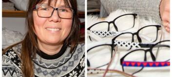Jeanette tar fram glasögonbågar med samisk design