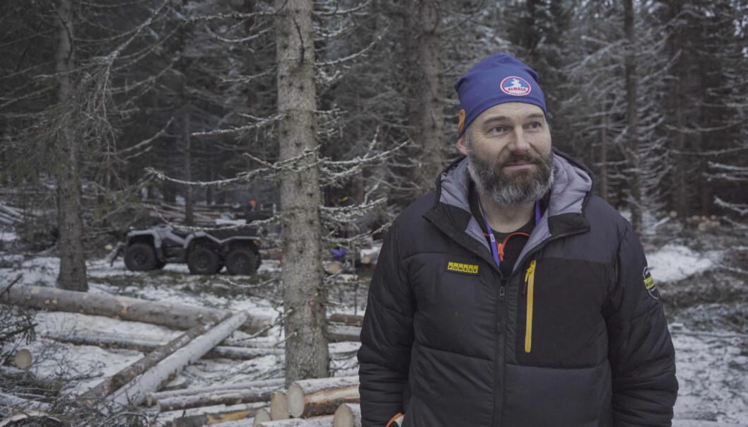 Magnus Olofsson från Orangutang Skog & Naturvård har det utmanande uppdraget att avverka skog i Almåsabackens branta terräng.