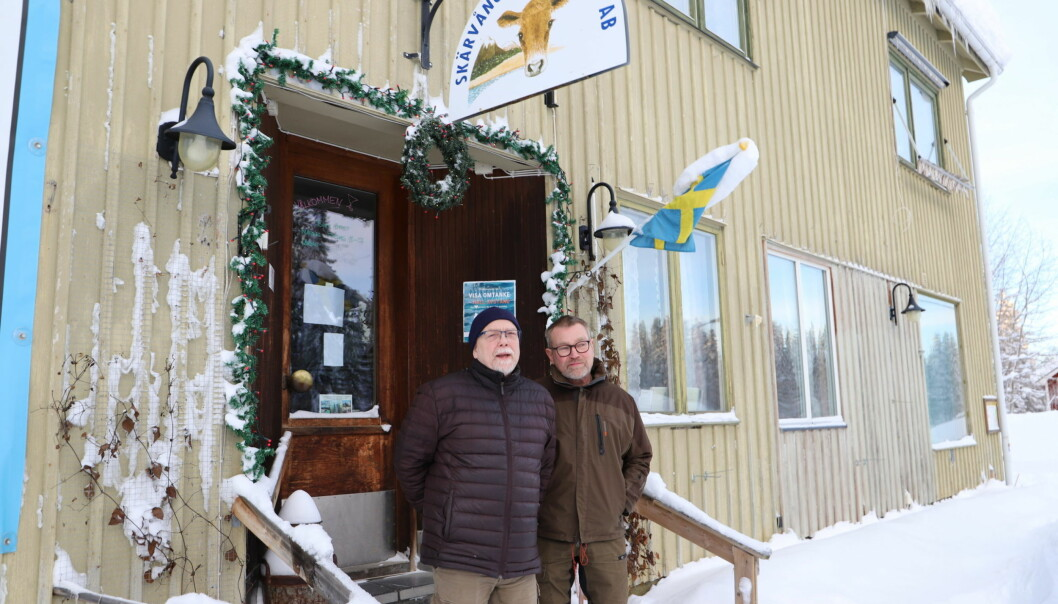 Tor och Roland Norrman Svensson framför ostaffären i Skärvången. De bor nu på övervåningen av huset men efter detta år lämnar de både verksamheten och huset.