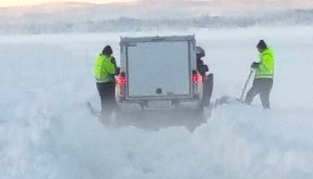 Under måndagen körde ett av arbetsfordonen fast i snöslasket som bildats uppe på kärnisen alldeles nära påfarten från Sunnesidan.  - Det går inte att ploga som det ser ut nu, berättar Alexander Lindholm distriktschef för Trafikverkets färjerederi i Jämtland.