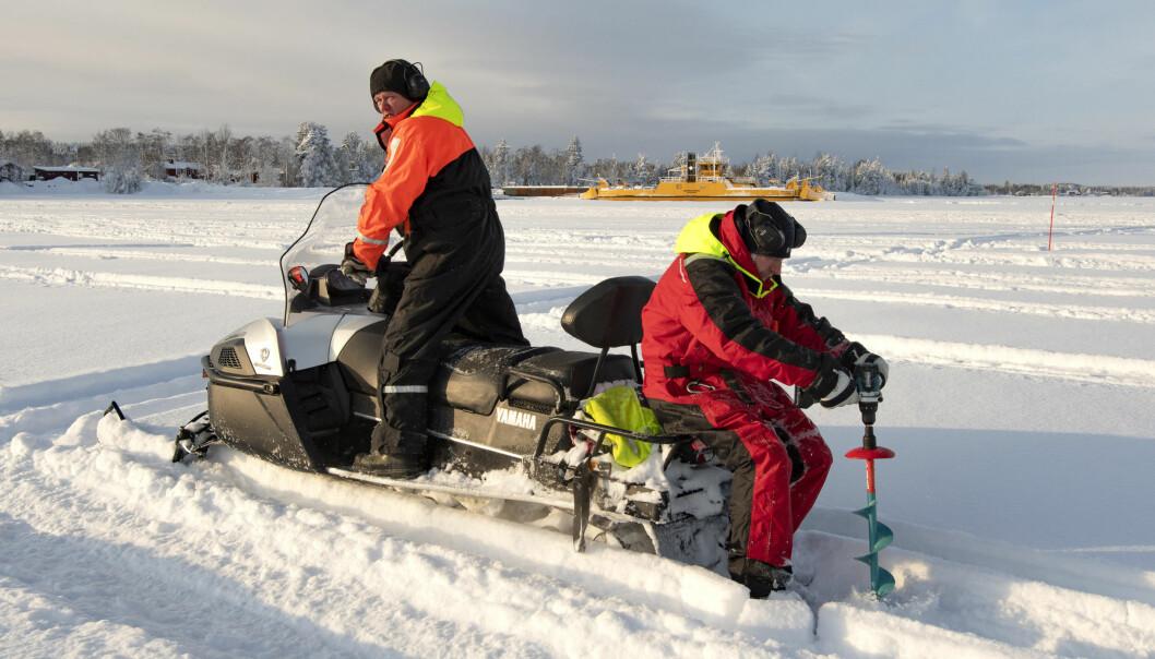 - Vi borrar hål för att få upp vatten. Vi plattar till snön och slasket så att allt ska kunna frysa ihop till en tjock is i ett stycke så att säga, förklarar Per-Ola Zakrisson.
