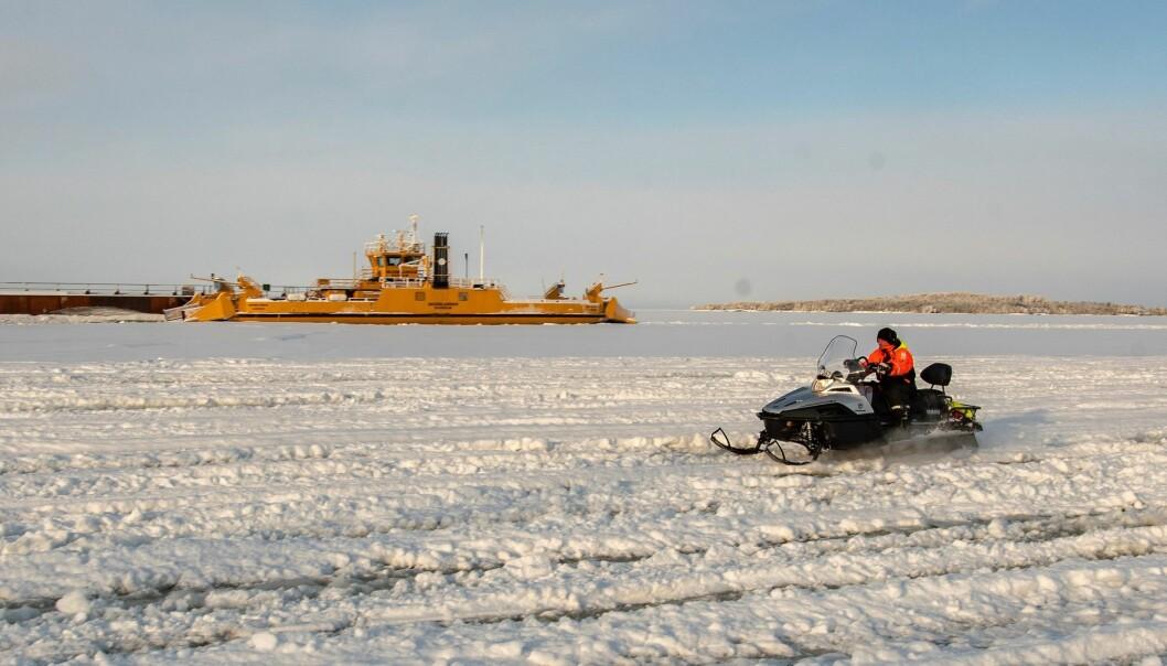 - Det är helt klart det svåraste året sedan jag började att jobba med att anlägga isvägar, berättar Per-Ola Zakrisson och tillägger. När det nu börjat frysa ihop river vi till ytan. För en och en halv vecka sedan såg isvägen mellan Håkansta och Norderön ut som ett månlandskap. I söndags öppnades isvägen.