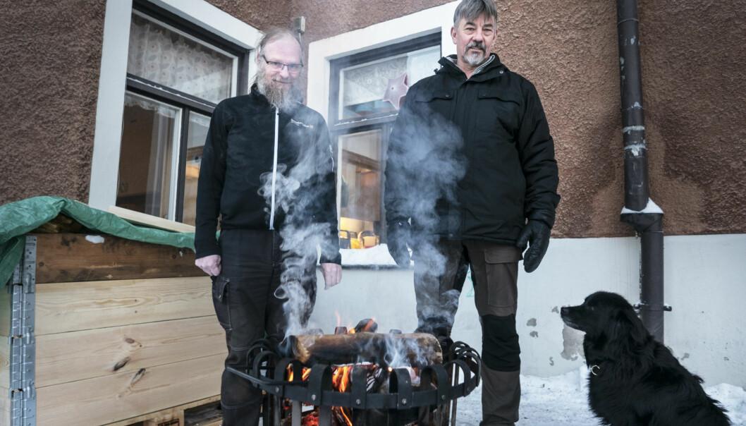 """Thomas Rönning (till höger) är föreståndare för värmestugan i Östersund. Han kopplar hemlösheten till ett ökat droganvändande. """"Det går att få bostad via socialtjänsten, men då ställs det också en del krav. Och är det så att du inte vill gå med på det utan fortsätta med missbruket, ja då finns det inte så många alternativ"""", säger han."""