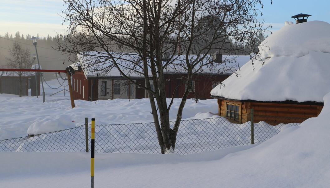 Det är ödsligt och leksakerna är översnöade på Rötvikens förskola. När Jämtlands Tidning är på besök är det bara personal på förskolan men inga barn.