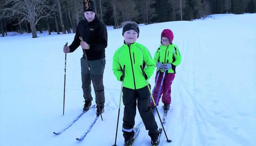 Simon Sundvall från Västbyn tar med döttrarna Wilma och Maja runt skidspåren.