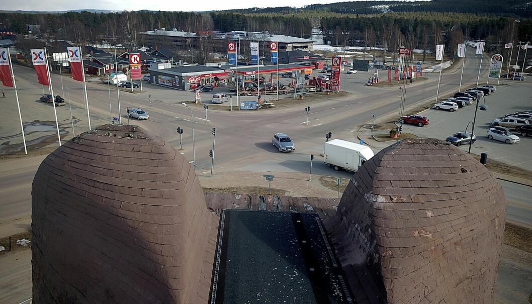 Lite skamfilad och med nickande huvud står den där och blickar över den stora vägkorsningen i Sveg.