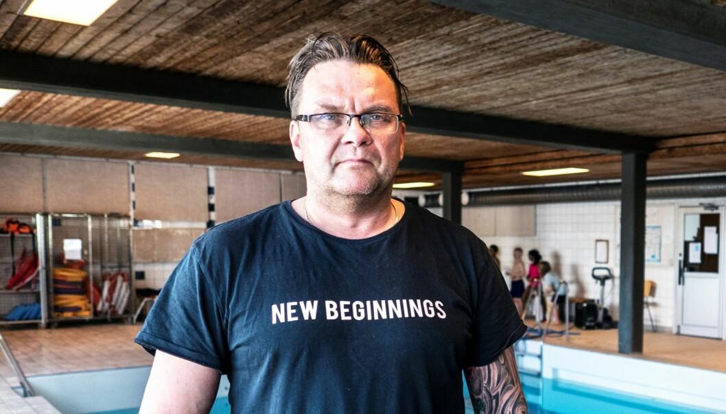 """Stefan Björkbacka, vaktmästare, säger att det inte är mycket som krävs för att fixa till simhallen i Gällö. """"Det är inte alls så mycket som behöver göras som det påstås. Jag har bytt ut sex plattor nu och jag tror att det är 26 totalt som ska bytas. Det skulle jag kunna fixa själv om jag får jobbet"""", säger han."""