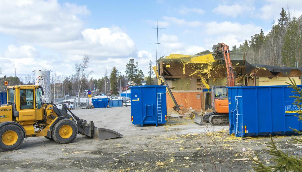 Nu rivs den gamla brandstationen i Brunflo. Den nya brandstationen, som byggs på samma ställe som den gamla, kommer att kosta 17 miljoner kronor och beräknas vara klar i oktober i år.