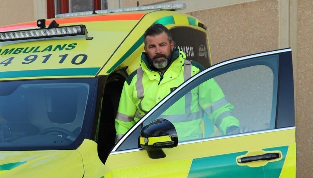 Anders Grönlund och hans kollegor på ambulansen har inte prioriterats när Regionen började vaccinera sin vårdpersonal. Själv har han på eget initiativ nu fått två doser, detta då han ställt sig i kö för de överblivna doserna.