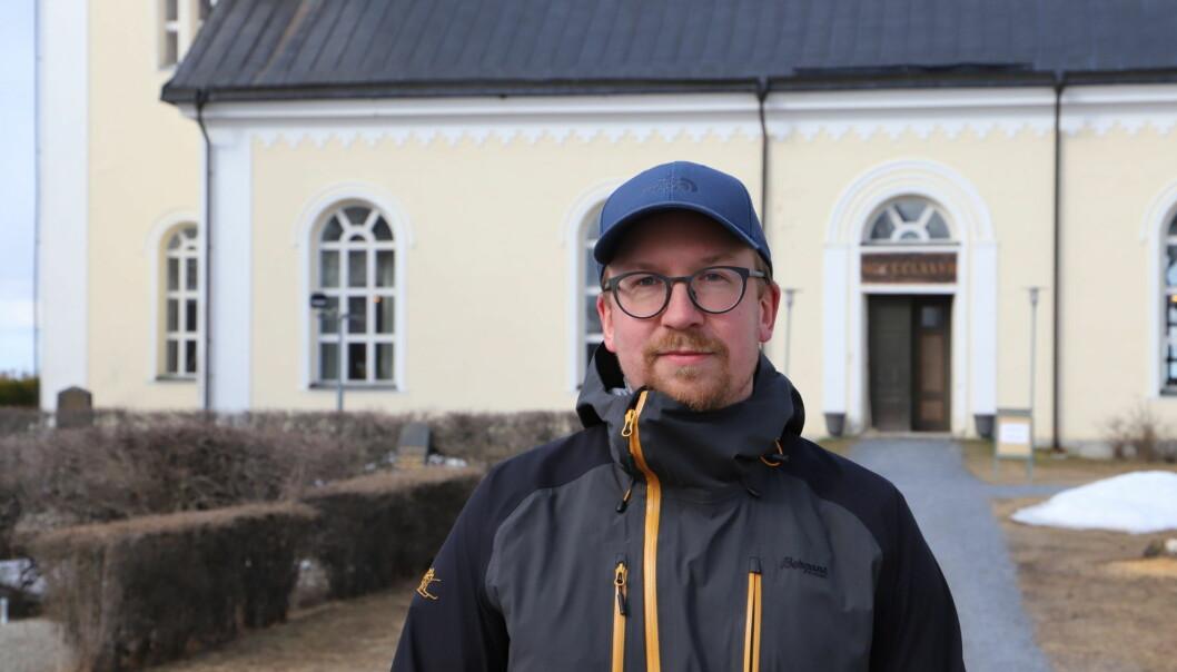 Sebastian Tarkiainen är pingstpastor i Östersund, hans barn går på samma förskoleavdelning som det omkomna barnet i Ås. Dessutom har han själv som barn upplevt en liknande händelse när hans egen storebror omkom i en olycka.