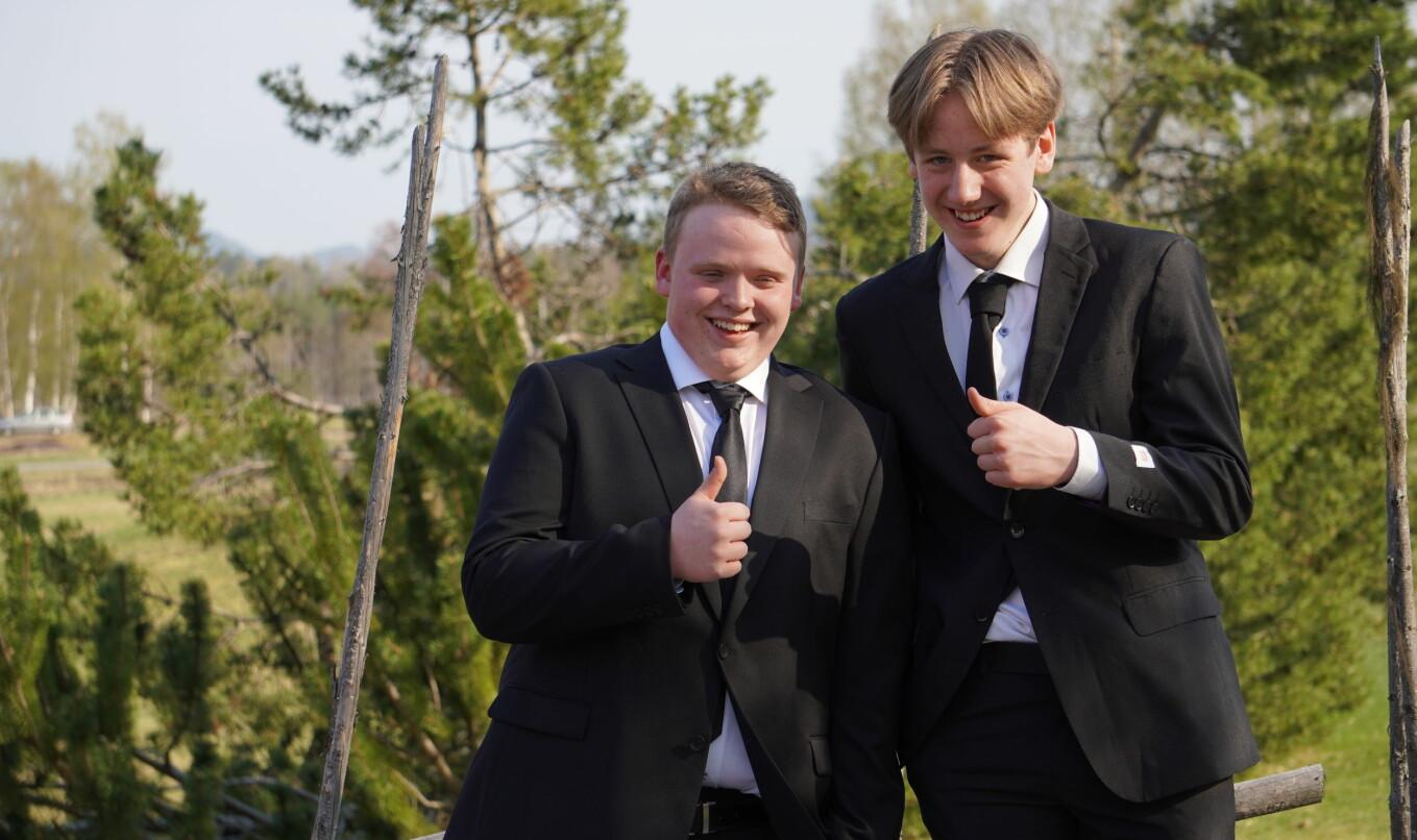 Avgångseleverna Fabian Nilsson och Filip Östlin Dahlgren ger tummen upp till kvällen.