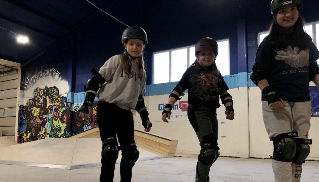 : My, 11, Velma, 9, och Hania, 11, lär sig skejta.