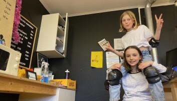 I skatehallens fikarum har Astrid, 11, sin kompis Tova, 10, på axlarna.