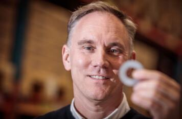–Man skulle kunna säga att familjen Persson knäckte koden till den framgångsrika killåsningsbrickan, säger Anders Manfred.