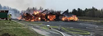 Enheter från räddningstjänsten i både Åre, Hallen, Kall, Järpen och Krokom ryckte ut till branden i Prästgårdsfjöset, men byggnaden var redan då övertänd och gick inte att rädda. Såhär såg det ut när Monica Henriksson, styrelsemedlem i hembygdsföreningen, kom till platsen vid 6-tiden.