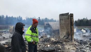 Monica Henriksson och Gunnar Olsson, medlemmar i hembygdsföreningens styrelse, ser ut över resterna av det gamla Prästgårdsfjöset. De beskriver måndagens brand som ofattbar.