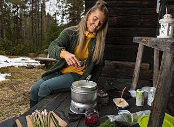 Potatisarna kokar snabbt i sojagrädden. Hon kryddar med en salt och kryddblandning, som hon menar är perfekt när man lagar mat ute, allt-i-ett. Sedan tillsätts dillen.