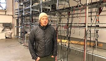 Mikael Östling visar de tomma hyllorna där det tidigare stod datorer. När det visade sig att det utländska bolaget behövde åtgärda elfel i sin serverhall, packade de ihop datorerna och drog. Efter sig lämnade de stora hyresskulder och obetalda elräkningar.