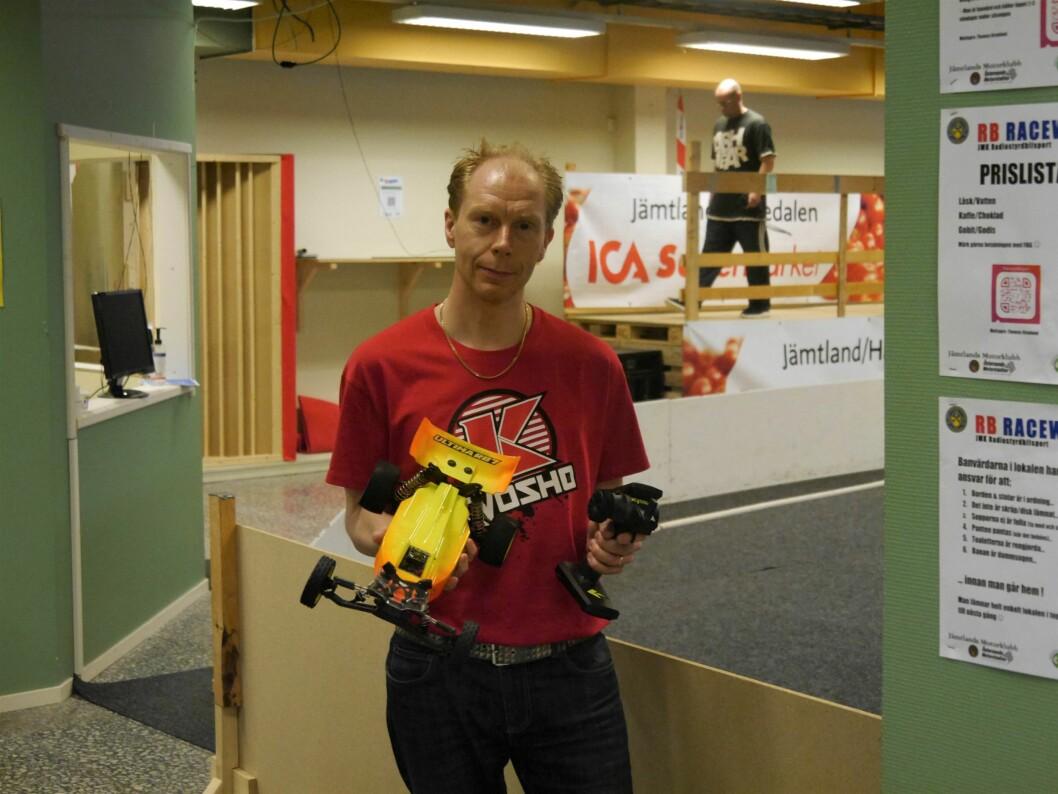 Patrik Liljekvist visar upp en av de snabba radiostyrda bilarna som man kör med.