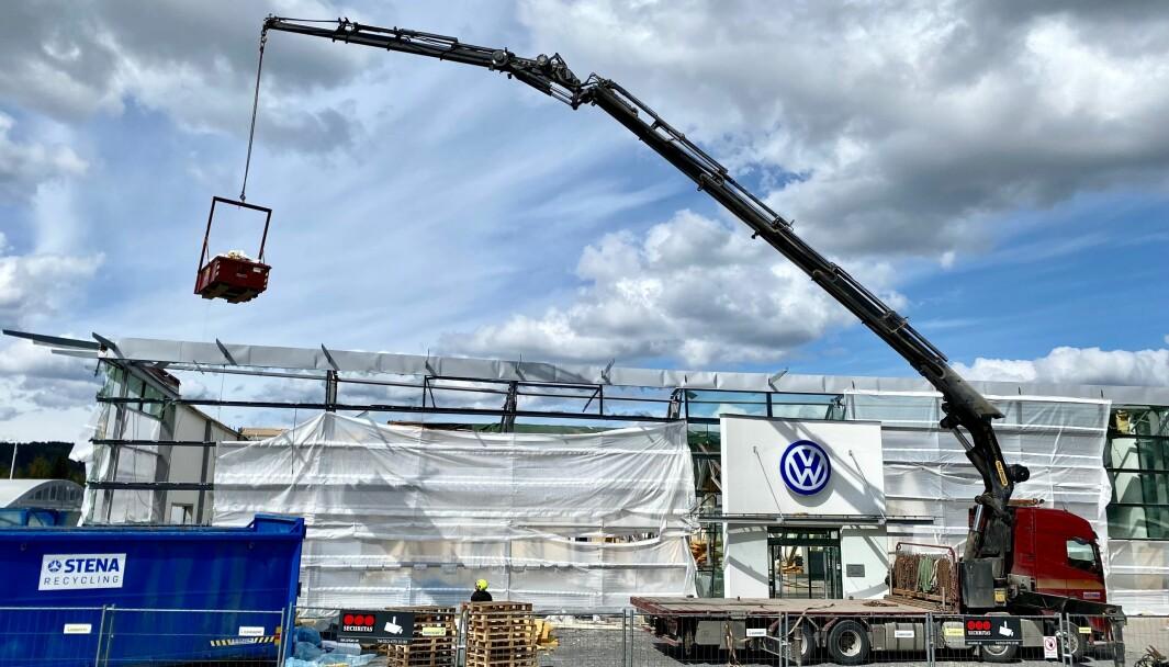 Berners har nu börjat riva den skadade bilhallen i Östersund. Planen är att snabbt komma igång med ett nybygge.