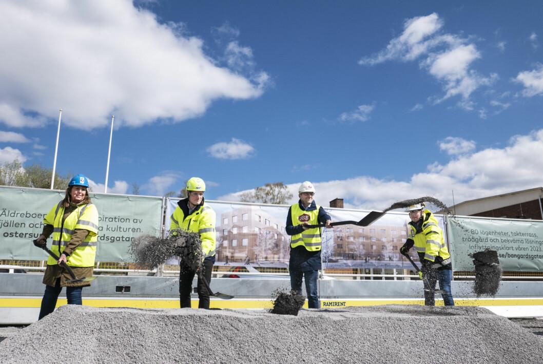 Här tas det första spadtaget för bygget av det nya äldreboendet på Bangårdsgatan i Östersund. På bilden ser vi Lise Hjemgaard Svensson (ordförande i vård- och omsorgsnämnden), Peter Kristensson (projektchef på NCC), Christer Melander (regionchef norr på SBB) samt Fredrik Westerlund (projektutvecklingschef på Magnolia Bostad).