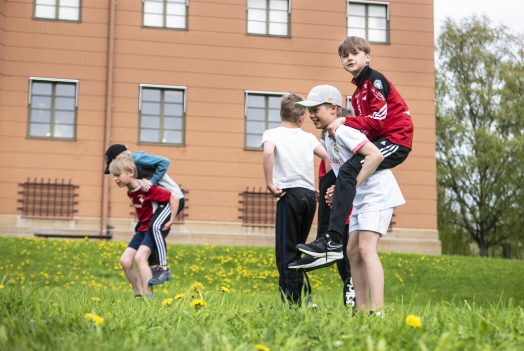 Fysträning är en viktig pusselbit för att orka med sommarens matchande. Här är det Bosse Selén som får kämpa med lagkompisen Olle Hoppstadius på ryggen.