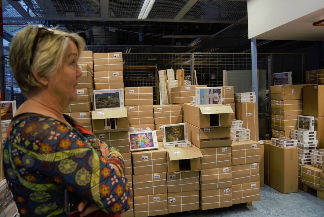 Camilla Olsson tittar ut över lagret fyllt med pussel-kartonger