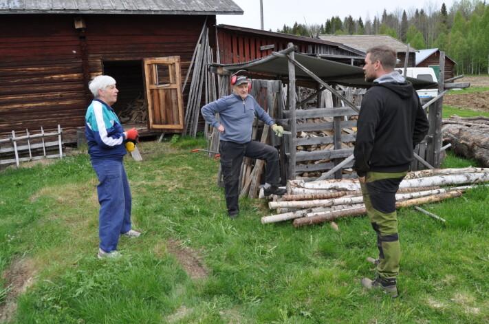 """<span class="""" font-weight-bold"""" data-lab-font_weight_desktop=""""font-weight-bold"""">""""Vi är så tacksamma att någon vill återuppta jordbruket här i byn"""", säger Rigmor och Sixten Larsson till Oskar när han gör ett uppehåll med traktorn.</span>"""