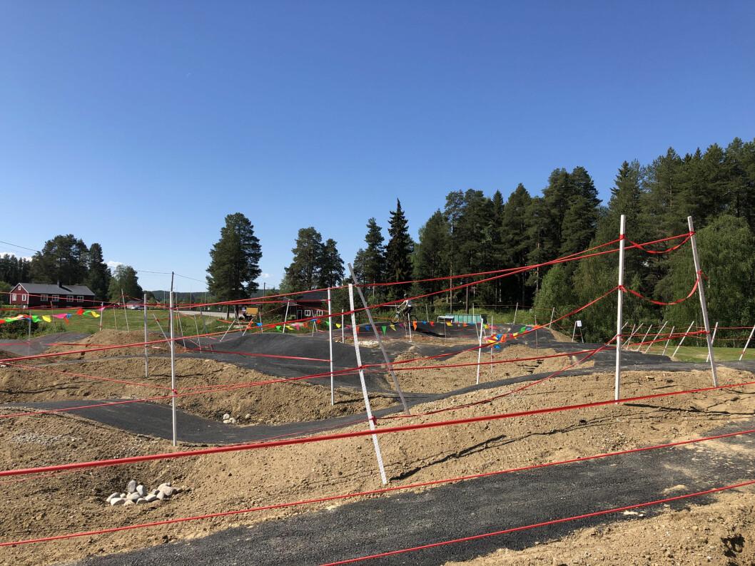 Slutresultatet av ett års planering av en bikepark i Backe. En asfalterad pumptrack.